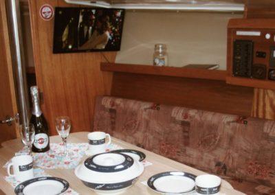 rozkładany stolik pod pokładem jachtu