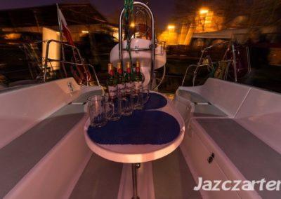 stolik w kokpicie jacht Victoria